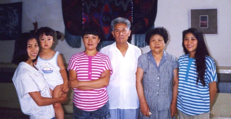 Gia đình hạnh phúc một thời: Cô Cao Dung Dung (bên trái) cùng cha mẹ và các chị gái của mình. (Ảnh qua Minhhui.org)