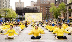 Vì sao New York tràn ngập sắc vàng mỗi dịp 13/5? Câu chuyện đằng sau chiếc áo phông vàng
