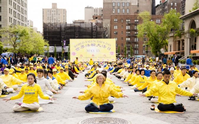 Các học viên Pháp Luân Đại Pháp tham gia hoạt động của Ngày Pháp Luân Đại Pháp tại Quảng trường Union, Thành phố New York, ngày 11/5/2017. (Ảnh: The Epoch Times | Samira Bouaou)