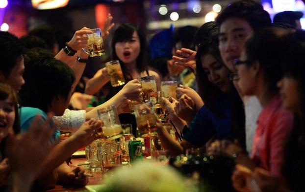 Lượng tiêu thụ rượu bia ở Việt Nam tăng nhanh số 1 thế giới - H3