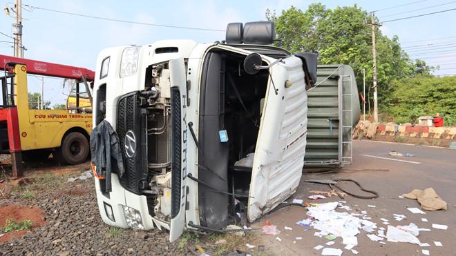 Xe container chở 32 tấn điều bị lật, người dân chạy ra thu gom giúp. 1