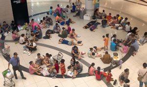 Hà Nội: Người dân nằm la liệt trong Trung Tâm Thương Mại để tránh nóng