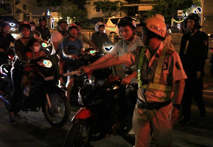 CSGT lập chốt ngay gần quán nhậu, dân Sài Gòn 'cố thủ' không về.1