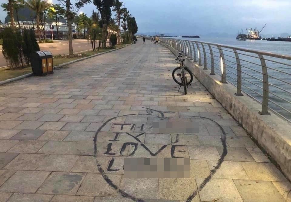Cặp đôi thể hiện tình yêu trên vỉa hè, 2 nữ công nhân vất vả tẩy hình vẽ bậy giữa nắng gắt - H2