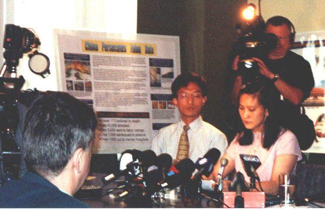 Ngay sau khi trở về Canada, trong cuộc họp báo tại Montreal ngày 22/6/2001, cô Ying Zhu (phải) đã kể về quá trình bị ngược đãi ở Trung Quốc. Hơn 20 cơ quan truyền thông đã có mặt tại cuộc họp báo. (Ảnh: The Epoch Times)