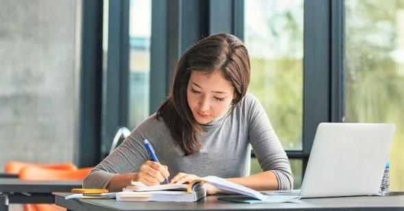 Nghiên cứu mới: Học sinh viết tay sẽ học tốt hơn ghi chú trên máy tính, điện thoại