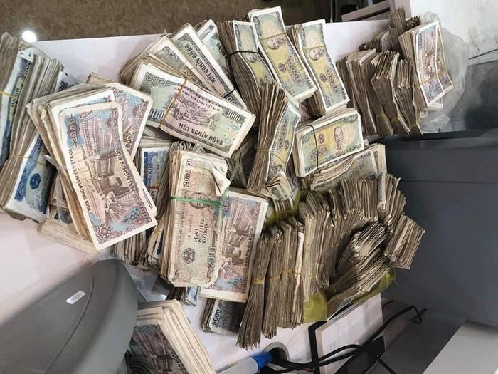 Tích góp suốt 4 năm bán rau: Cặp vợ chồng già chở bao tải tiền đến ngân hàng gửi tiết kiệm, 2