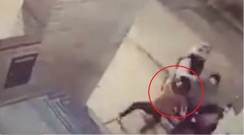 Hình ảnh bé gái tung cú đấm vào mặt tên cướp. (Ảnh cắt từ video)