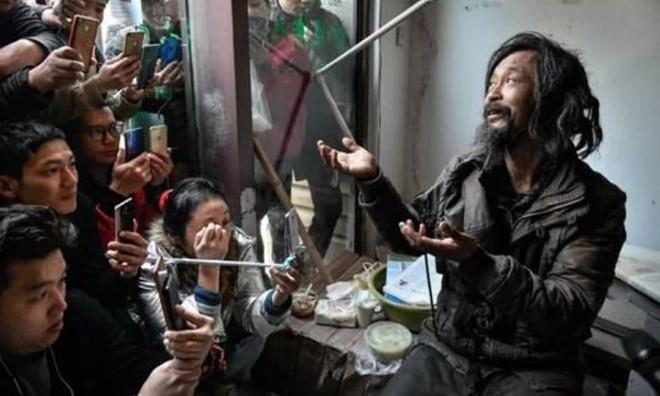 Ăn xin Trung Quốc: Phối đồ cực cool, sống như ông hoàng. 1