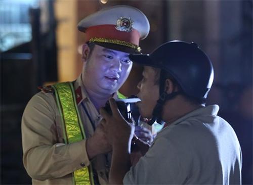 CSGT lập chốt ngay gần quán nhậu, dân Sài Gòn 'cố thủ' không về.3