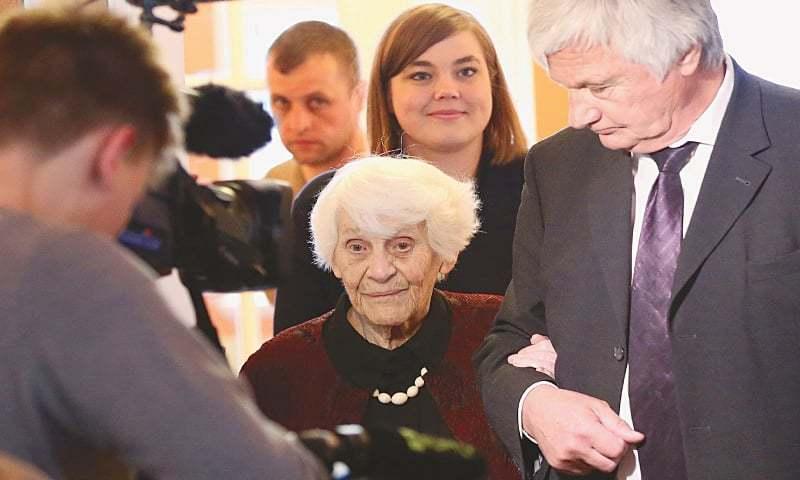 Bà Ingeborg trong ngày lễ nhận bằng tiến sĩ