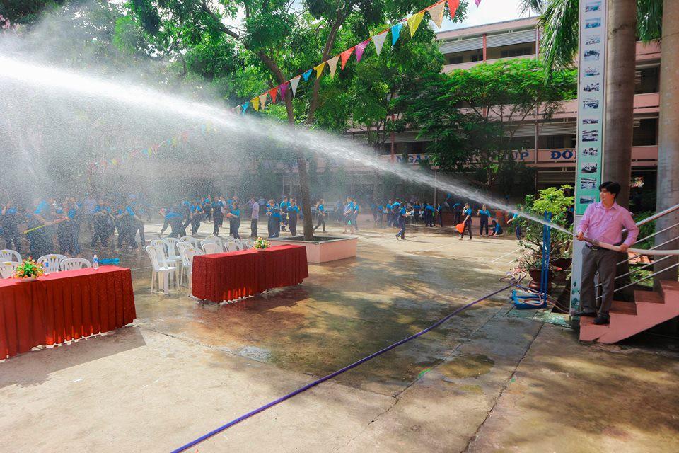 Thấy học sinh dùng súng phun nước bắn nhau, thầy hiệu phó vác vòi cứu hoả ra... H6