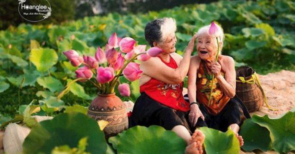 2 cụ bà chụp ảnh bên ao sen, kỷ niệm tình bạn 70 năm thắm thiết khiến ai nấy đều ngưỡng mộ