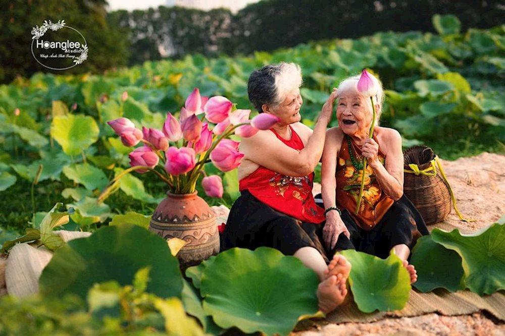 Nụ cười hiền hòa, hạnh phúc của hai cụ khiến ai nấy xem ảnh cũng được vui lây. (Ảnh qua Báo Mới)
