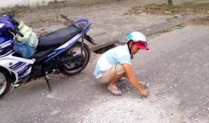 Mặc vợ trẻ chờ cơm tối, người đàn ông hì hục đục khối bê tông giữa đường