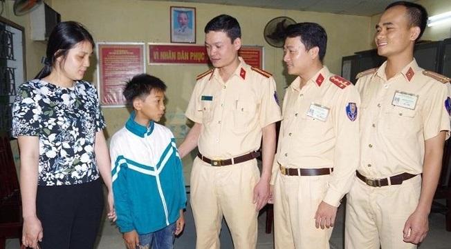 Thêm một bé trai đạp xe 60km từ Nam Định lên Hà Nội để tìm mẹ. 2