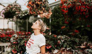 Chậm lại một chút để cảm nhận mùi hương của hoa hồng, bạn sẽ đắm mình trong cuộc sống thêm một chút nữa, sống nhiều hơn trước khi nó kịp trôi qua. (Ảnh: Brooke Cagle/Unsplash)