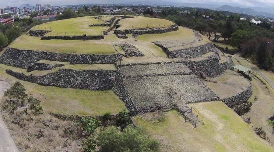 Những gì còn sót lại của thành phố Cuicuilco - nơi bị chôn vùi và chìm sâu trong đống dung nham. Nhưng một kim tự tháp tròn có các thiết kế của một nền nông nghiệp vẫn an toàn với dòng dung nham chảy xung quanh. (Ảnh qua ActualMX)