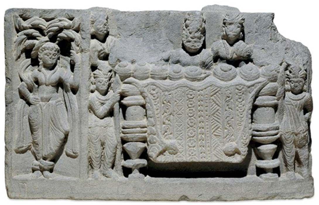 Hai người máy nhỏ bảo vệ chiếc bàn giữ xá lợi Phật. Họ là binh lính hay là robot? (Ảnh: Bảo tàng Anh, CC BY-NC-SA)