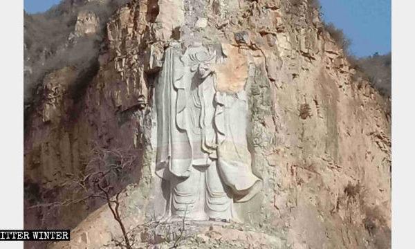 Bức tượng Tính Thủy Quan Âm sau khi bị chính quyền Trung Quốc dùng mìn 'thổi bay' phần đầu. (Ảnh: Biter Winter)