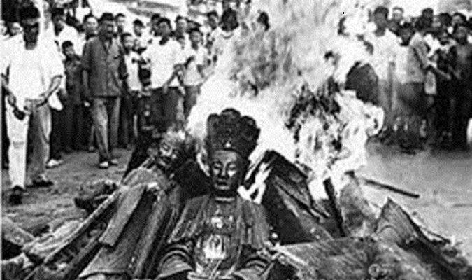 Các bức tượng Thần, Phật bị phá hủy trong thời Đại Cách mạng Văn hóa (1966-1976) (Ảnh qua Pinterest)