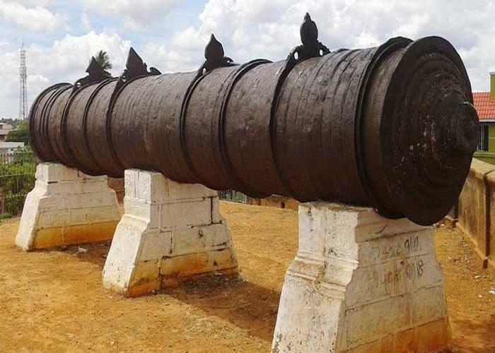 Khẩu pháo dài gần 8m có trọng lượng 22 tấn này được rèn nên chứ không phải chế tạo bằng cách đúc. Khẩu pháo gần 400 năm tuổi, mặc dù tiếp xúc nhiều với nắng, mưa nhưng lại không bị rỉ sét. Vòng tròn bên ngoài có đường kính 300mm, trong khi vòng tròn bên trong có đường kính 150mm. Bên trong khẩu pháo được tạo nên bằng 43 tấm sắt dài và bên ngoài là 94 vòng sắt. (Nguồn: thanjavur.info)