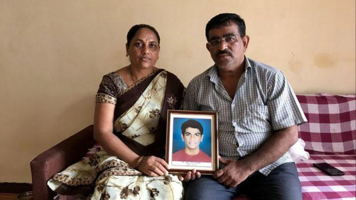 Người cha cả đời đi lấp 'ổ gà' để tưởng nhớ con trai qua đời vì tai nạn.3