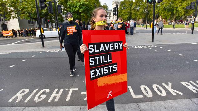 Có lẽ nhiều người nghĩ rằng chế độ nô lệ là một dấu ấn đã nằm lại trong quá khứ, nhưng có một sự thật phũ phàng là lại có hơn 40 triệu người vẫn đang là nô lệ trong thời hiện đại. (Ảnh qua Personnel Today)