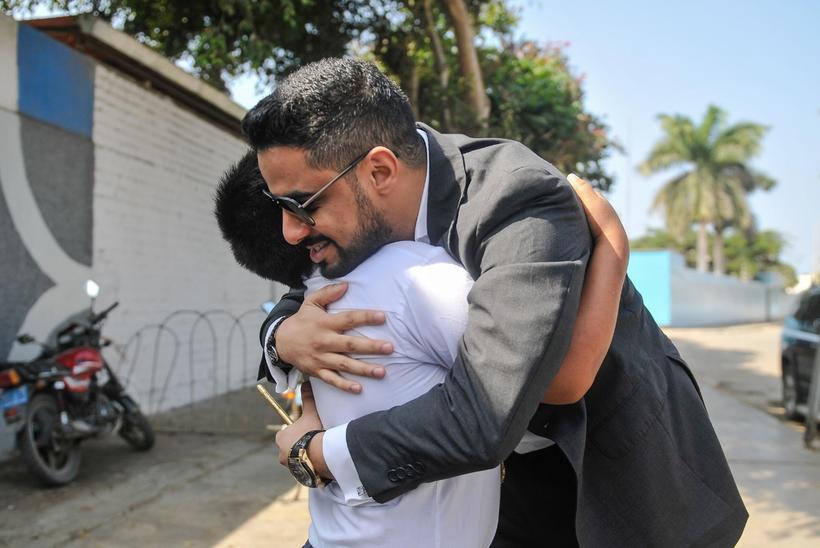 Anh Yaqoob đã lặn lội từ quê nhà Trung Đông cách xa gần 14.000 cây số để đếngiúp đỡ cậu bé Victor.