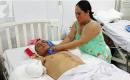Chồng bị điện giật tàn phế, vợ 1 mình nuôi 4 đứa con và người mẹ già