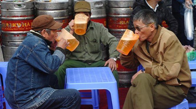 Việc mời mọc nhau theo kiểu ép buộc, uống đến mức say xỉn, không làm chủ được mình là hành vi lạm dụng rượu bia.