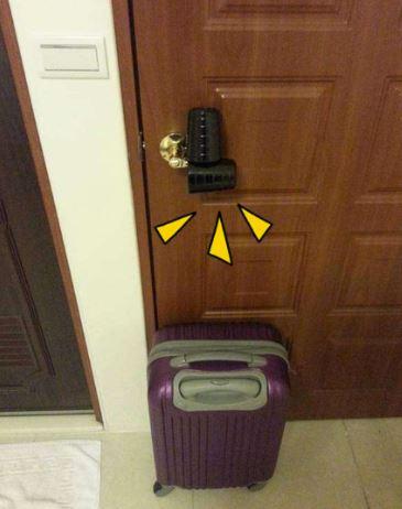 Khi ở khách sạn 1 mình, nhớ đặt 2 chiếc cốc vào tay nắm cửa... H2