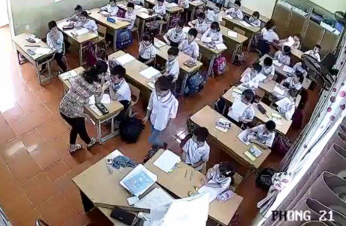 Buộc thôi việc giáo viên đánh nhiều học sinh trong giờ kiểm tra.2