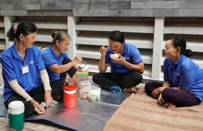 Trong chiếc áo xanh lấm bẩn, họ nói cười rôm rả khi có ai hỏi về Hiền