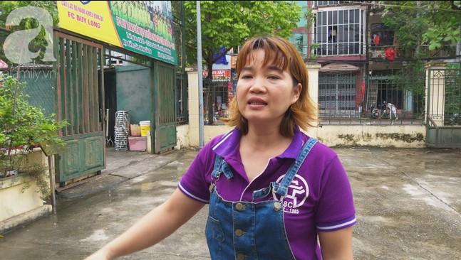 Hà Nội: Phát hiện bé trai còn đỏ hỏn bị bỏ trong thùng rác giữa trời mưa.h9