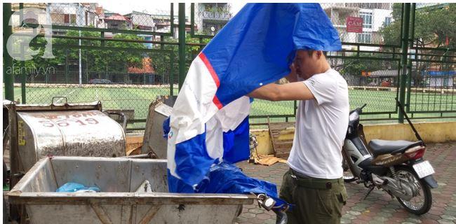 Hà Nội: Phát hiện bé trai còn đỏ hỏn bị bỏ trong thùng rác giữa trời mưa