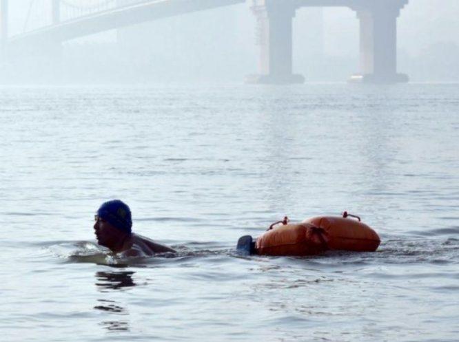Bực mình vì kẹt xe, người đàn ông tự bơi qua sông để đi làm suốt 11 năm