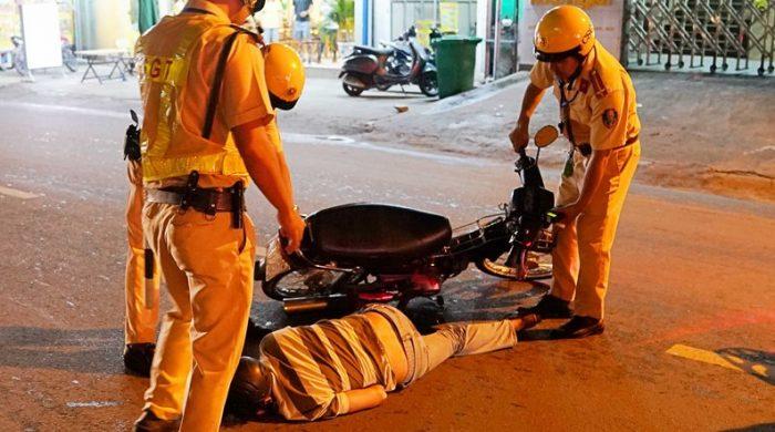 CSGT lập chốt ngay gần quán nhậu, dân Sài Gòn 'cố thủ' không về..4