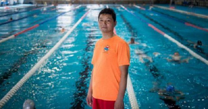 Ông Zhu Biwu lúc còn làm nhân viên cứu hộ tại bể bơi. (Ảnh: One Day One Life / qq.com)