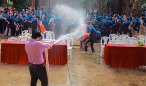 Thấy học sinh dùng súng phun nước bắn nhau, thầy hiệu phó vác vòi cứu hoả ra…