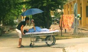 Vợ chuẩn bị đẻ cũng không quên cầm ô che nắng cho chồng
