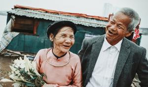 Tích góp suốt 4 năm bán rau: Cặp vợ chồng già chở bao tải tiền đến ngân hàng gửi tiết kiệm