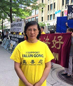 Ying Zhu tại cuộc diễu hành trước lãnh sự quán Trung Quốc ở Montreal để yêu cầu thả tự do công dân Canada Sun Qian, bị giam giữ tại Trung Quốc kể từ tháng 2/2017. (Ảnh: The Epoch Times)