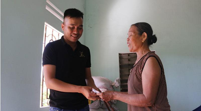 Cộng đồng mạng góp tiền giúp bà bán ve chai bị cướp ở Quảng Nam. 1
