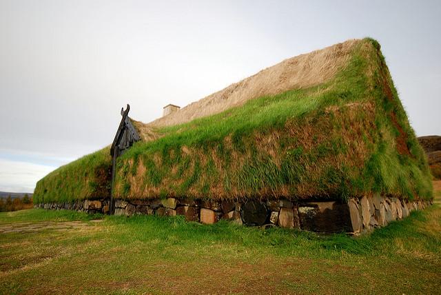 Một mái nhà phủ đầy cỏ theo kiểu kiến trúc Scandinavia thời trung cổ. (Ảnh qua flickr)