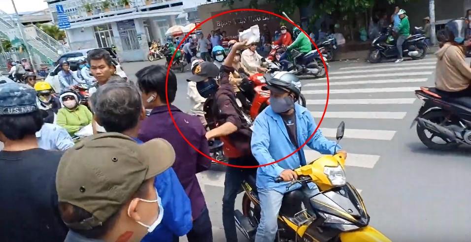 Đi phát cơm từ thiện, diễn viên Lê Dương Bảo Lâm bị hành hung?. 1