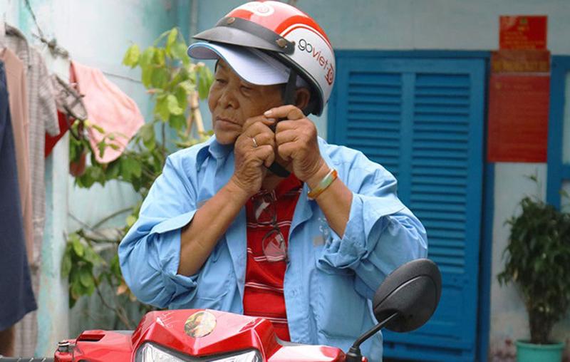 Bà cụ 73 tuổi hàng ngày chạy xe ôm để nuôi cháu ăn học.1