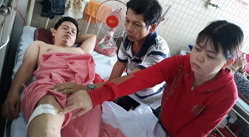 Ngã chấn thương cột sống, đến bệnh viện bị bác sĩ đè ra khoan vào cẳng chân! - H1