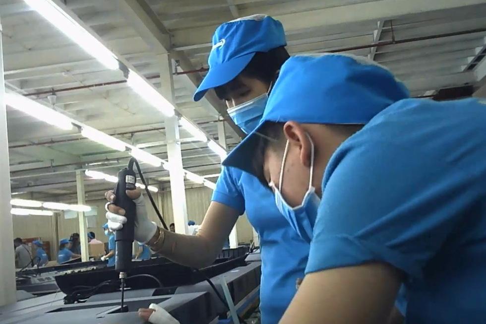 Lắp ráp tivi tại Nhà máy Asanz o trong Khu công nghiệp Vĩnh Lộc, Q.Bình Tân, TP.HCM