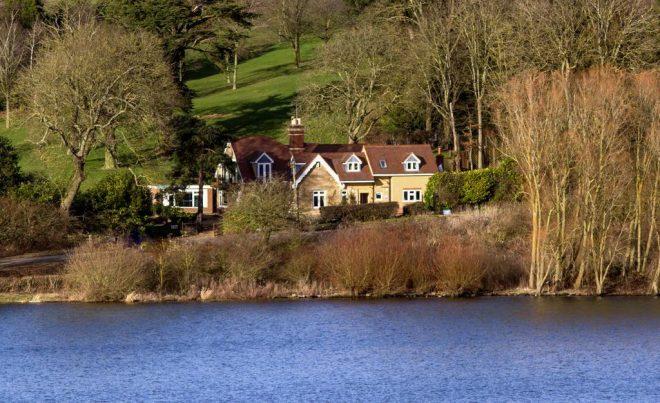 Ngôi nhà nằm dưới những tán cây bên bờ hồ Ruland ở Anh. (Ảnh qua Booking.com)